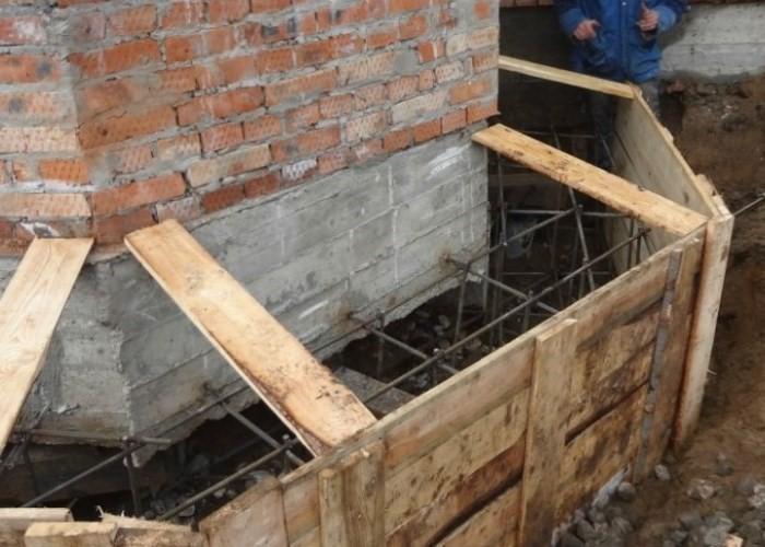 Крепкий фундамент для домика в деревне