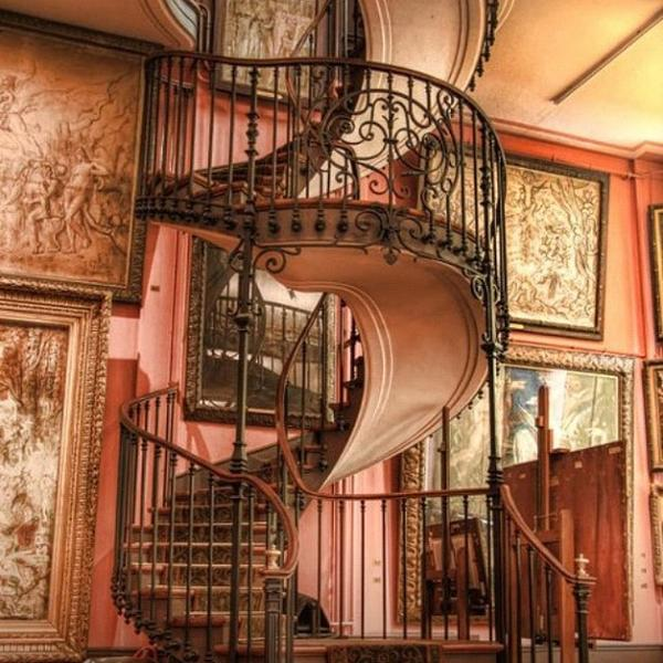 Винтовая лестница в интерьере