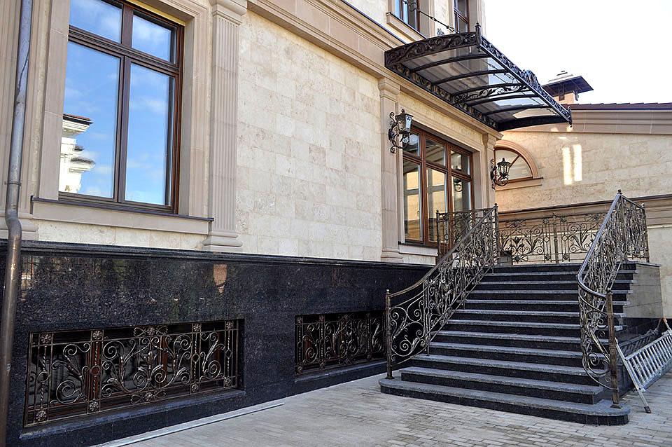 Декоративная отделка внешней лестницы дома