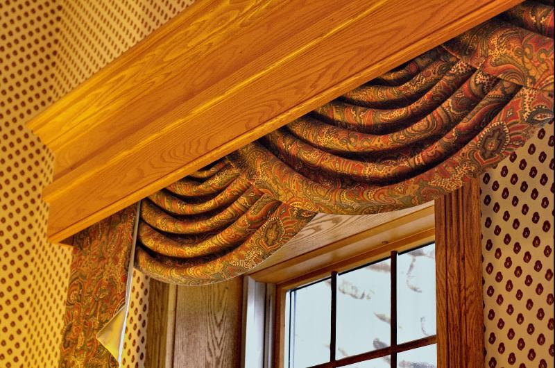 Выбор деревянных карнизов для штор