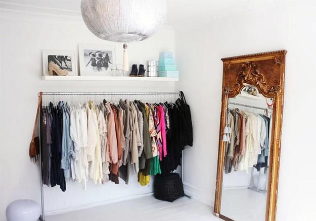 Мобильный гардероб в интерьере